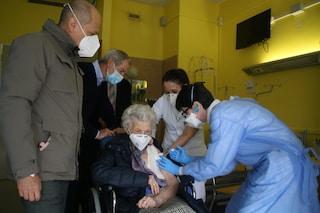Cremona: nonna Alma Lucia, 107 anni, è la prima a ricevere il vaccino contro il Covid-19
