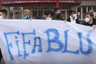 Milano, punito dalla preside per i capelli blu: protesta dei compagni con parrucche fuori da scuola