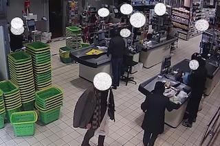 Ruba il pesce al supermercato e picchia il vigilante: arrestato un 29enne a Milano