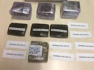 Milano, 20mila euro in contanti e droga nel cassetto delle verdure in frigo: arrestati due giovani