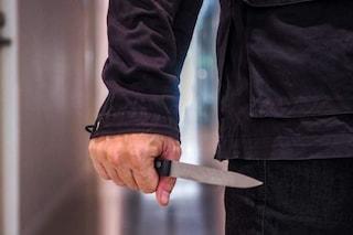 Desenzano, terrorizza e aggredisce i passanti con un taglierino: feriti due uomini