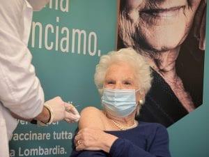Liliana Segre riceve il vaccino contro il Covid–19 (Lombardia notizie)