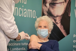 Milano, la senatrice a vita Liliana Segre si vaccina contro il Covid-19