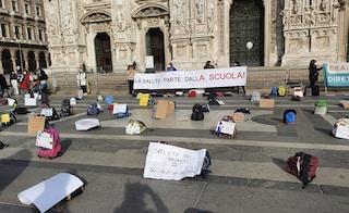 """Genitori e studenti protestano contro la dad in piazza Duomo: """"La salute parte dalla scuola"""""""