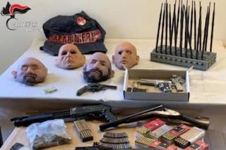 Kalashnikov, pistole e maschere in lattice: l'arsenale di un rapinatore in un garage di Cologno Monzese