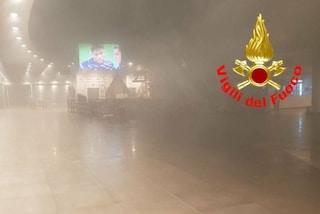 Incendio al centro commerciale a Darfo Boario, il fumo invade ristoranti e negozi: 4 intossicati