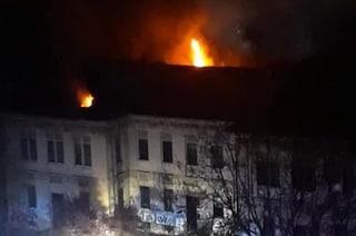 Milano, incendio nel palazzo abitato da abusivi: nessun ferito ma i residenti chiedono più sicurezza