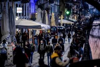 Milano, assembramenti per l'aperitivo: ingressi contingentati in Darsena