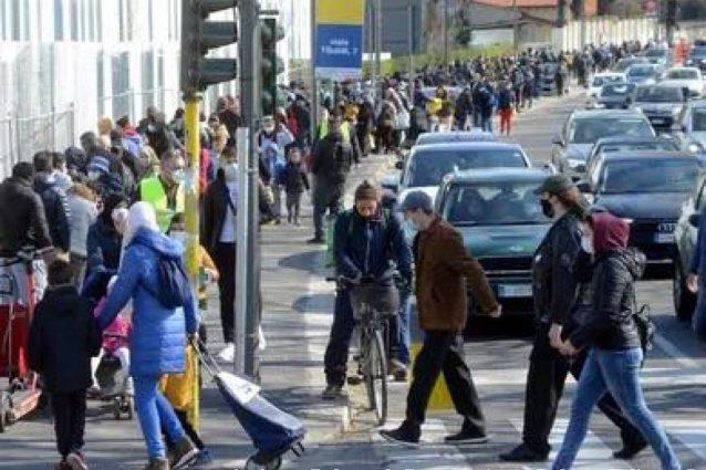 Centinaia di persone fuori da Pane Quotidiano (Fonte: Nicola Frataianni)