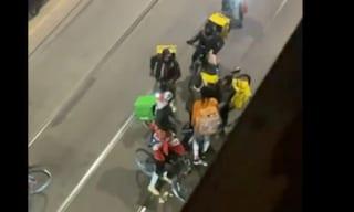 Fa le consegne durante lo sciopero: aggredito da altri rider in strada a Milano