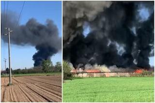 """Vasto incendio a Vanzago e alta colonna di fumo nero, il sindaco: """"Tenete chiuse le finestre"""""""