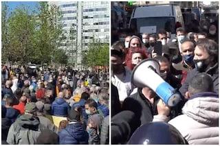Protesta degli ambulanti a Milano: corteo bloccato dalla polizia, traffico in tilt in centro