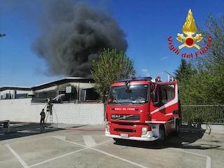 Maxi incendio nella ditta di rifiuti di Rozzano: distrutti oltre dieci mezzi, non si esclude il dolo
