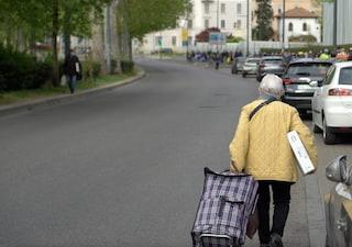 """""""A 25 anni a causa del covid ho perso casa e lavoro"""": a Milano la fila di poveri è sempre più lunga"""