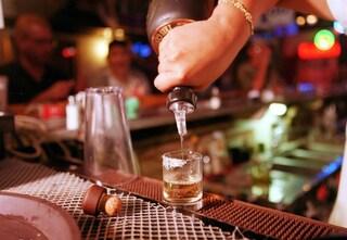 Milano, barista non serve da bere a una ragazza e gli amici lo picchiano e gli distruggono il locale