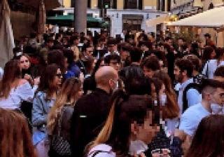 Folla a Brera, giovani ballano e cantano senza mascherina: scappano all'arrivo dei carabinieri