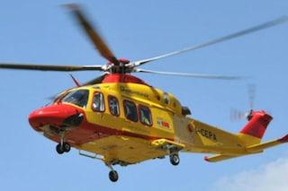 Si arrampica sui bancali, cade e viene travolto: bimbo di 6 anni portato in ospedale in elicottero