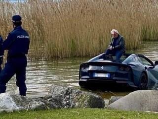 Parcheggia e lascia l'auto in folle: e così la sua Ferrari finisce nel lago di Garda