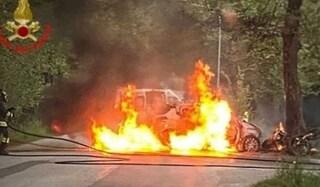 Bosisio Parini, auto si schianta contro una moto e prende fuoco: muore un uomo di 37 anni