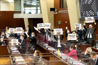 """Vitalizio a Formigoni, protesta il M5s in Consiglio regionale: """"Basta soldi ai condannati"""""""