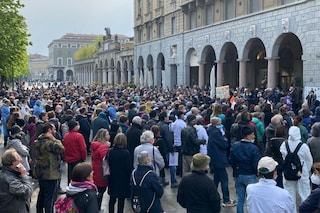 """Corteo no-vax a Bergamo, anche sanitari tra i 600 manifestanti: """"Da eroi a untori"""""""