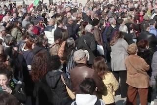 """Milano, i gruppi """"No mask"""" e """"Io apro"""" organizzano una fiaccolata non autorizzata: 80 denunciati"""