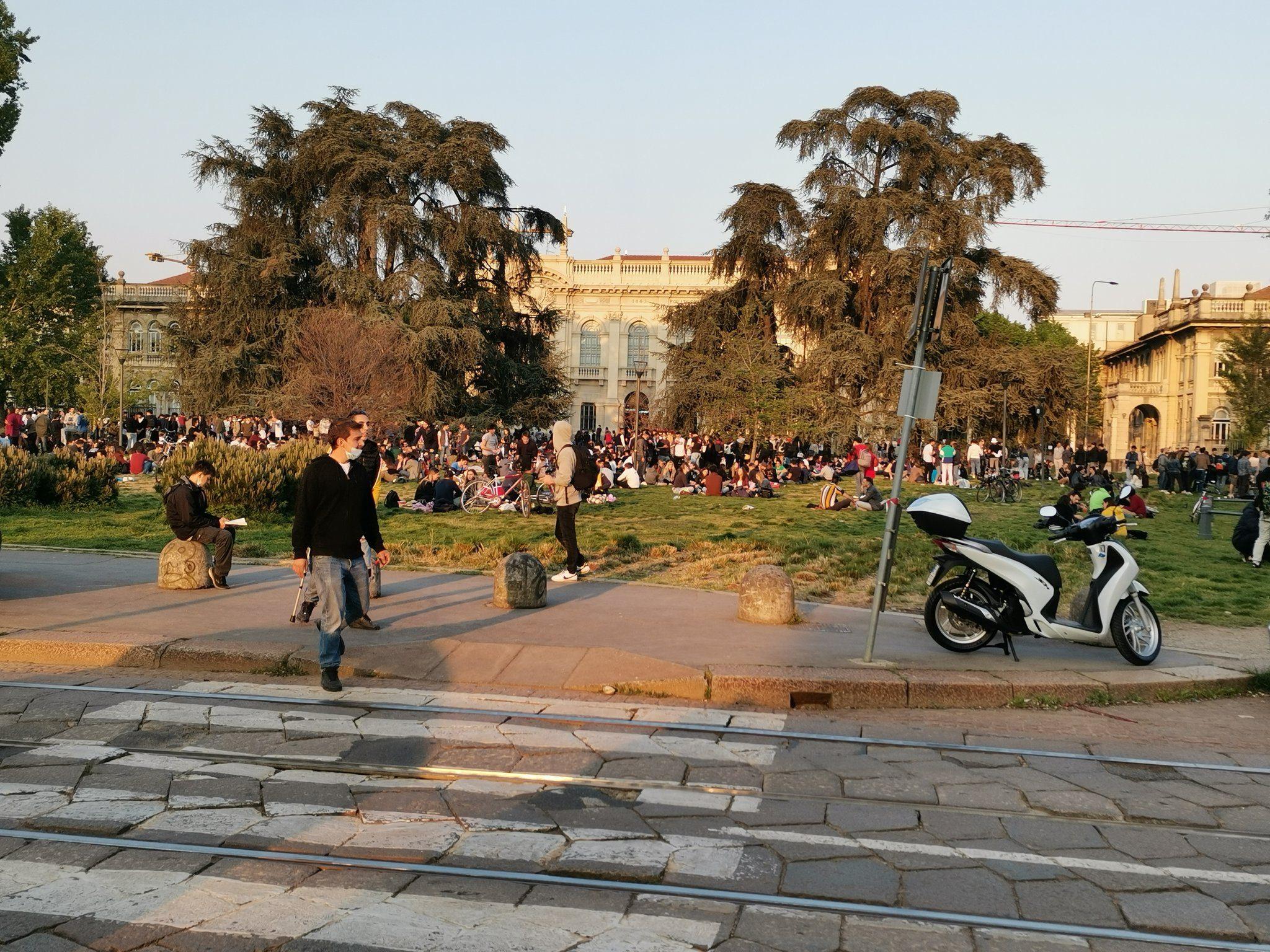 Una foto di piazza Leonardo da Vinci ad aprile