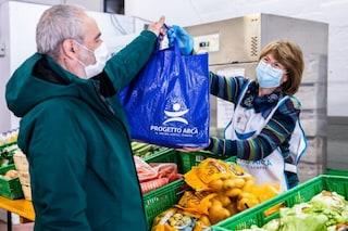 Aumentano i poveri a Milano: in un anno consegnati pacchi alimentari a 10mila persone