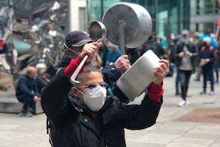 """Milano, la """"pentolada"""" in piazza contro Regione: """"È andato tutto male, sanità da commissariare"""""""