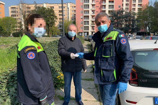 L'ex sindaco di Opera Antonino Nucera immortalato mentre distribuisce delle mascherine