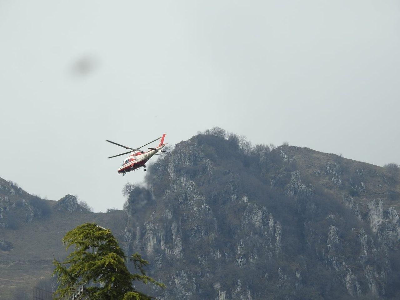 Un elicottero della Protezione civile cerca Mubarik (Foto Fb)
