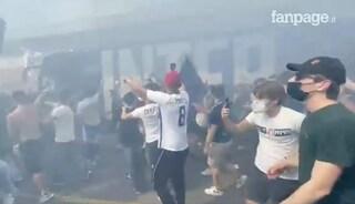 Festa scudetto, i tifosi scavalcano le transenne e si ammassano vicino al bus dell'Inter