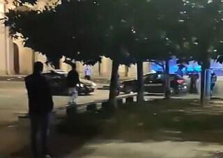 Milano, rapinatori aizzano pitbull contro i carabinieri: militari sparano al cane
