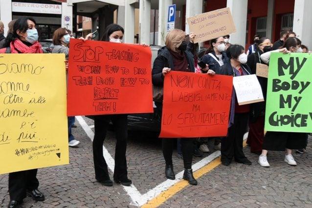 Le attiviste di non una di meno sotto al Comune di Cassina de' Pecchi