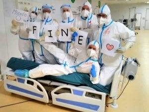Un gruppo di infermieri festeggia la chiusura di un modulo dell'ospedale in Fiera a Milano (Foto: Sveva Luraschi via Facebook)