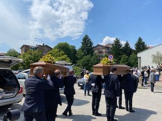 Funerali di Alessandro e Silvia: le bare dei fidanzati morti sul Mottarone vicine in chiesa