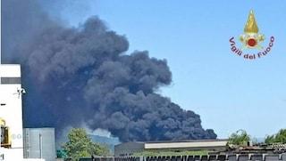 Incendio in un'azienda di materie plastiche a Bagnatica: fumo nero visibile per centinaia di metri