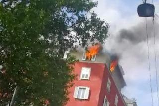 Incendio a Milano, in fiamme un attico in via Dezza: i vigili del fuoco spengono il rogo
