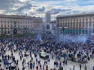 L'Inter vince lo scudetto, tifosi in festa in città: assembramenti in piazza Duomo