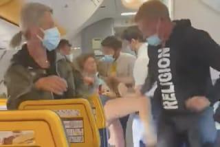 Insulti omofobi, calci e sputi: passeggera senza mascherina litiga con tutti sul volo Ibiza-Bergamo