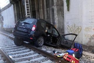 San Donato Milanese, auto precipita da un cavalcavia e finisce sui binari: morto un uomo