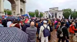 "Manifestazione no-vax a Milano, in 300 senza mascherine: ""Basta dittatura sanitaria"""