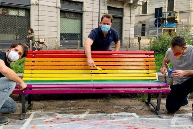 Le panchine arcobaleno a Milano (Fonte: Facebook Angelo Turco)