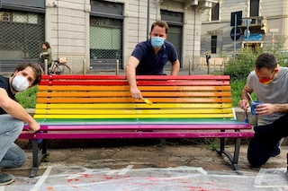 A Milano sono state inaugurate due panchine arcobaleno contro le discriminazioni