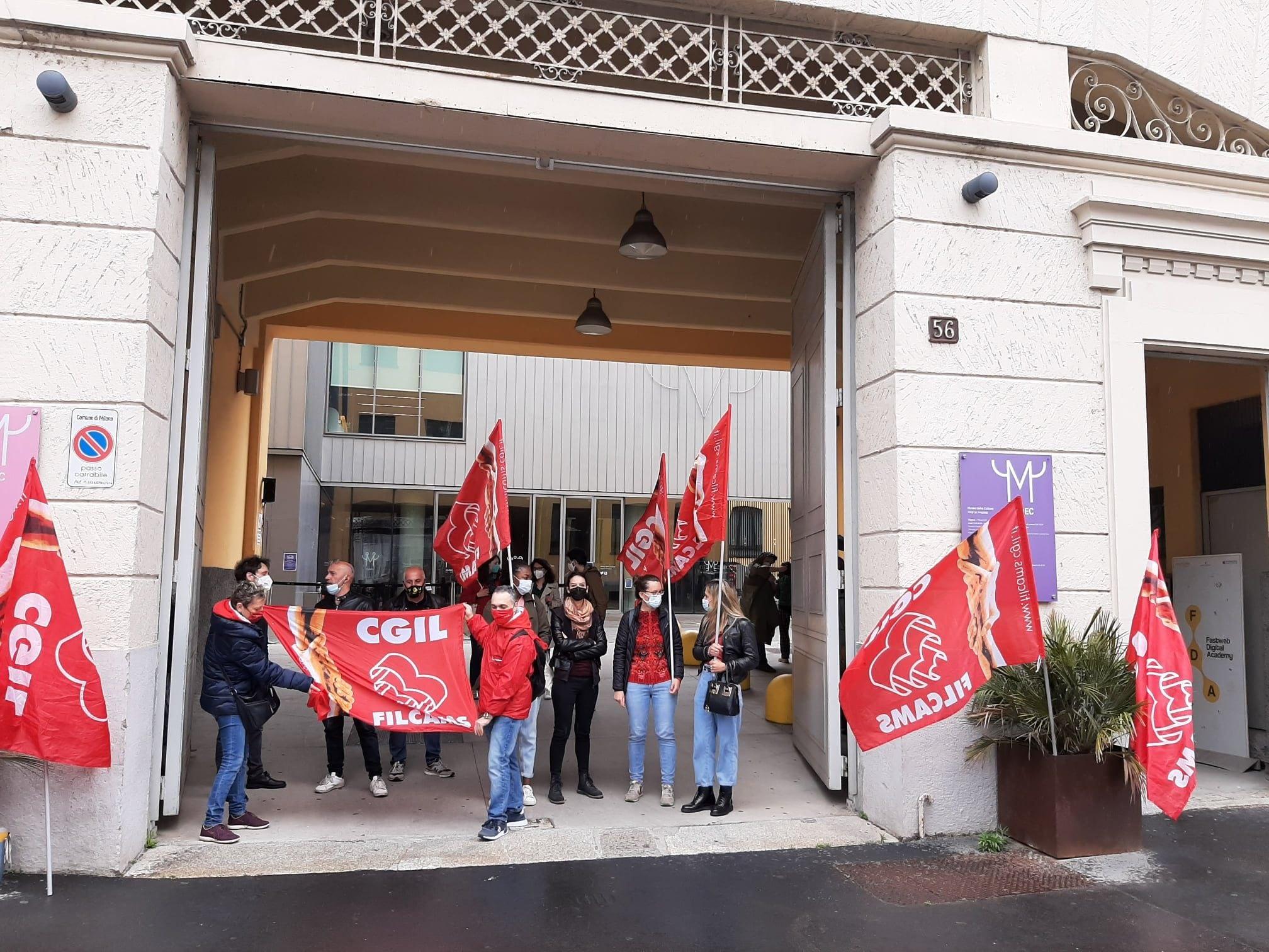 Il presidio dei lavoratori davanti al Mudec (Foto Filcams Cgil)