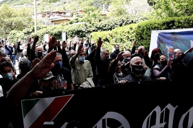 Il saluto romano davanti alla villa dove fu fucilato Mussolini (Foto: Giancristofaro/Fanpage.it)