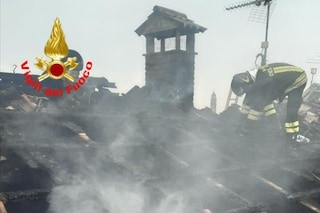 Incendio a Brescia, fiamme devastano il tetto di un'abitazione: una famiglia è rimasta senza casa