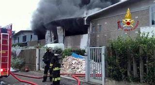 Vasto incendio in un'azienda che si occupa di rifiuti: colonne di fumo visibili per chilometri