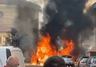 Incendio a Sesto San Giovanni, auto avvolta dalle fiamme: paura tra i residenti