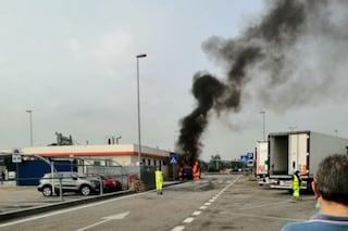 Furgone prende fuoco in tangenziale: le fiamme arrivano fino all'Autogrill di Cascina Gobba